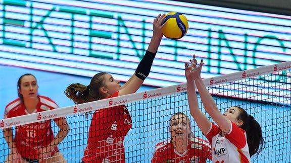 am Netz, v.l.: Camilla Weitzel Dresden gegen Lindsay Flory Potsdam