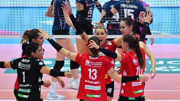 Spielerinnen des Dresdner SC jubeln