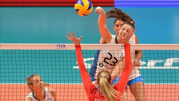 AGNES VICTORIA MICHEL TOSI (23) aus Argentinien gegen JOVANA STEVANOVIC ( 15) aus Serbien beim FIVB Volleyball Nations League Spiel
