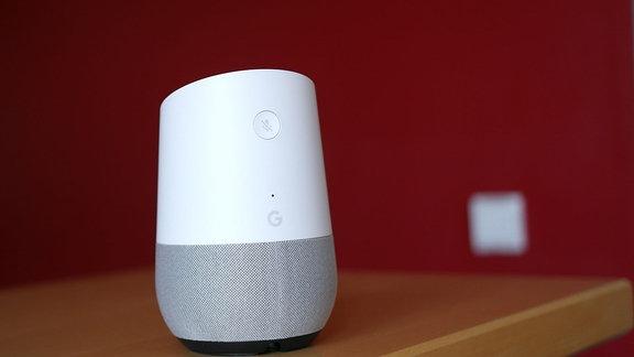 Google Home ist ein von Google entwickelter Lautsprecher. Er hat ein integriertes Mikrofon. Mit diesem Gerät kann man Google Assistant nutzen.