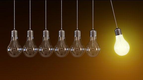 Glühbirnen hängen in Reihe, nur die Rechte brennt
