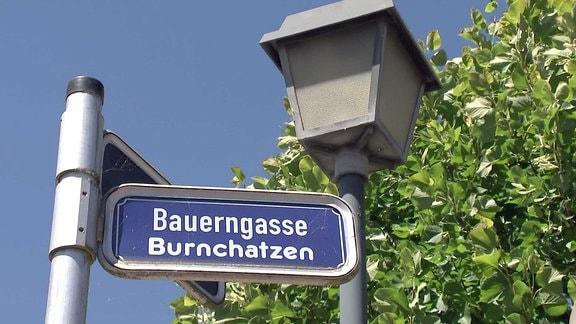 Ein zweisprachriges Strassenschild - Bauerngasse und in nordthüringischer Mundart - Burnchatzen.