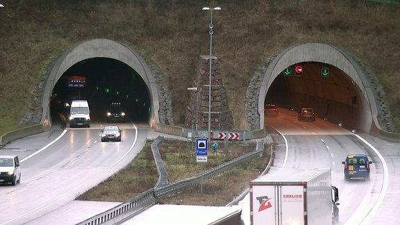 Einfahrt und Ausfahrt des Heidkopftunnels auf der Autobahn.