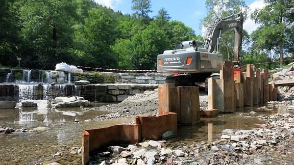 Bauarbeiten an einem flachen Wasserfall