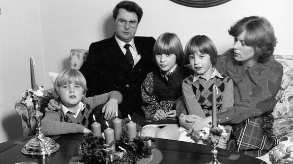 Fünf Menschen, Erbprinz Hubertus, Andreas Prinz, Stephanie Prinzessin, Alexander Prinz und Carin Prinzessin sitzen auf Schloss Callenberg 1980 vor einem Adventskranz.