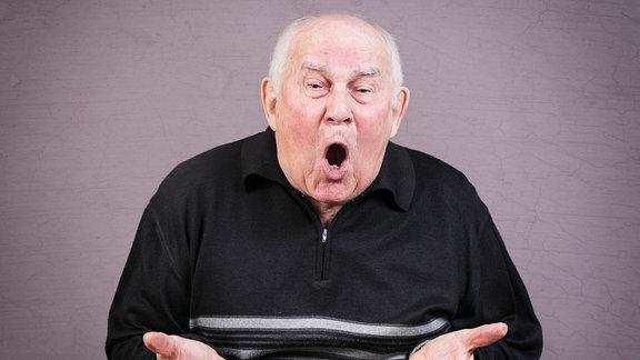 Ein alter Mann gestikuliert wütend mit den Händen