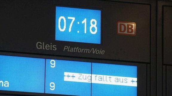 """Eine Anzeigentafel zeigt """"Zug fällt aus"""""""