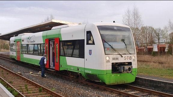 Ein Zug der Südthüringen-Bahn steht auf einem Bahnhof