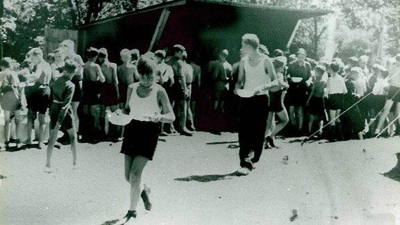 Kinder stehen zum Essen an im DDR-Ferienlager