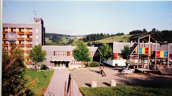 Blick auf eine Hotelanlage mit Treppe,Spielplatz, Gebäude. Es ist das einstige FDGB-Heim Wurzbach im jahr 1996, heute Aparthotel am Rennsteig