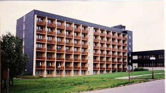 Blick auf ein Plattenbau-Hotel 1996. Es ist das einstige FDGB-Heim Wurzbach, heute Aparthotel am Rennsteig
