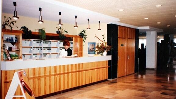 Eine Hotel-Rezeption im Stil des Jahres 1996. Es ist das einstige FDGB-Heim Wurzbach, heute Aparthotel am Rennsteig