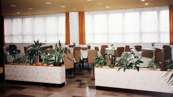 Blick in den Speisesaal eines Hotels 1996.  Es ist das einstige FDGB-Heim Wurzbach, heute Aparthotel am Rennsteig