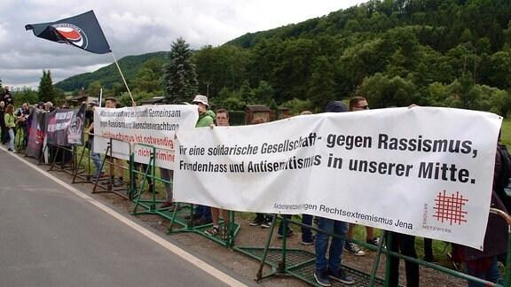 Gegendemonstranten beim Rechtsrockkonzert in Themar