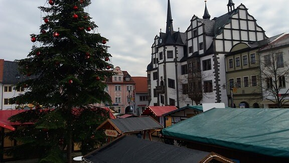 Der Weihnachtsbaum auf dem Saalfelder Weihnachtsmarkt