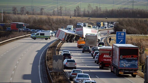 Orkan Friederike kippt Lkw auf der A71 bei Erfurt um