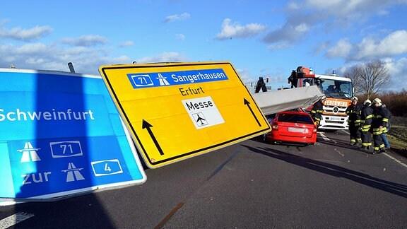 Orkan Friederike fällt Straßenschild auf der A71