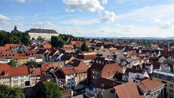 Blick auf Gotha. Auf einem Berg über der Stadt steht das Schloss Friedenstein