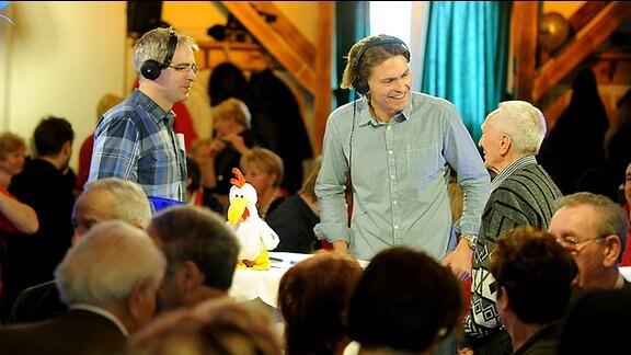 DR THÜRINGEN Reporter Thomas Becker und Moderator Johannes-Michael Noack im Gespräch mit dem deutschen Meister im Riesenslalom der Über-80jährigen