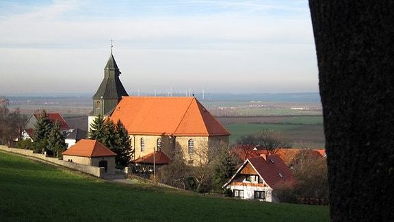 Blick auf die Kirche St. Martin und ins Thüringer Becken