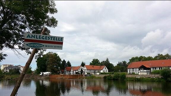 Die Anlegestelle der Kanu-Scheune in der Gemeinde Wünschendorf.