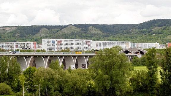 Blick auf die Plattenbauten von Jena Lobeda. Im Vordergrund die Autobahn mit Tunnel.