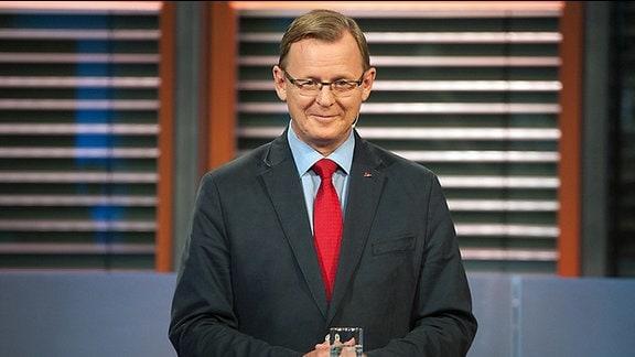 """Der Spitzenkandidat der Partei Die Linke zur Landtagswahl Thüringen, Bodo Ramelow, steht am Pult der MDR-Sendung """"Fakt ist"""". Er lächelt"""