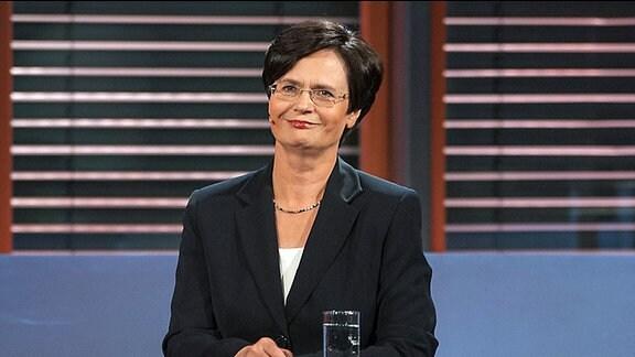 """Die Spitzenkandidatin der CDU zur Landtagswahl Thüringen, Christine Lieberknecht, steht am Pult der MDR-Sendung """"Fakt ist"""". Sie lächelt"""