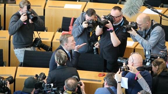 Bodo Ranelow wirft Luftkuss im Thüringer Landtag