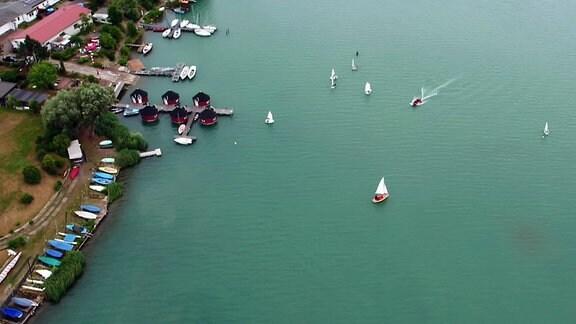 Der Alperstedter See in Erfurt. Auf ihm fahren Segelboote