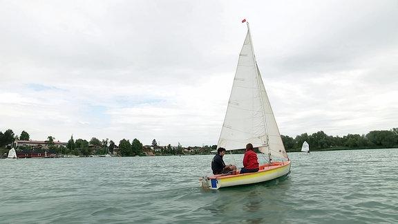 Auf dem Alperstedter See in Erfurt fahren Segelboote