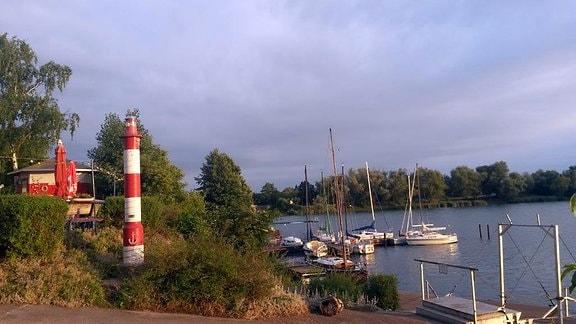 Der Hafen des Alperstedter Sees in Erfurt. Einige Boote liegen im Hafen