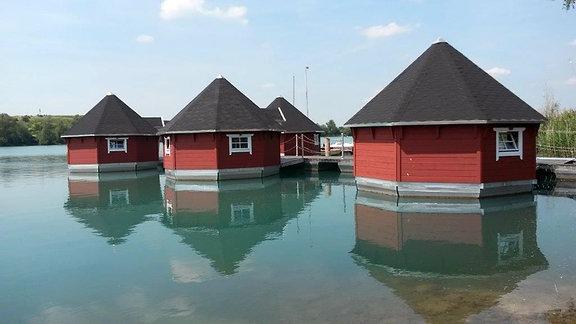 Auf dem Alperstedter See in Erfurt gibt es schwimmende Häuser