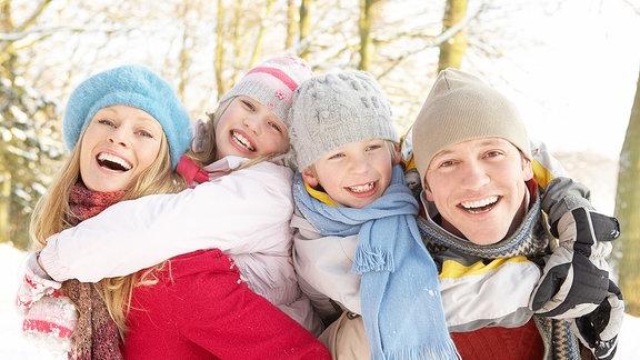Eine Familie beim Winterausflug.