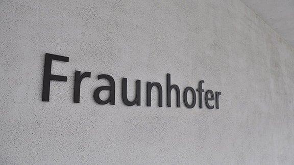 """""""Fraunhofer"""" steht an einer Hauswand"""