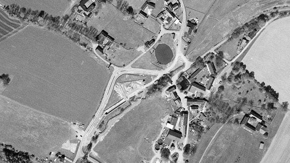Historische Luftaufnahme nach dem Mauerfall in Mödlareuth von 1994