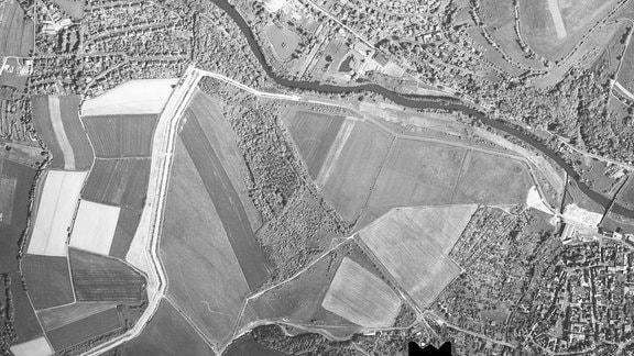 Historische Luftaufnahme nach dem Mauerfall an der deutsch-deutschen Grenz in Vacha von 1992.