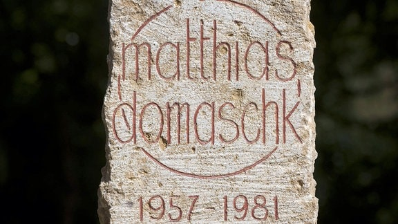 Stele für den vor 30 Jahren in Stasi-Haft gestorbenen Matthias Domaschk an seinem Ehrengrab auf dem Nordfriedhof in Jena (Thüringen) am 09.04.2011.