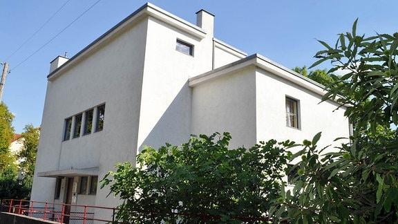 """Das """"Haus Auerbach"""" ist von der Straßenseite zu sehen."""
