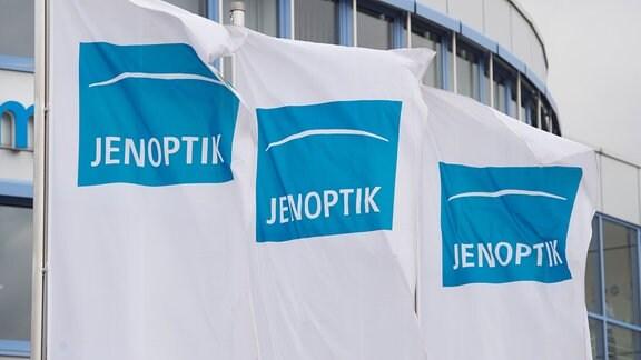 Fahnen mit dem Logo von Jenoptik, wehen am 28.04.2015 in Jena (Thüringen) im Wind vor einem Gebäude des Firmensitzes.