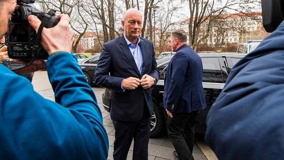 Ministerpräsident Thomas Kemmerich geht zum Landtag.