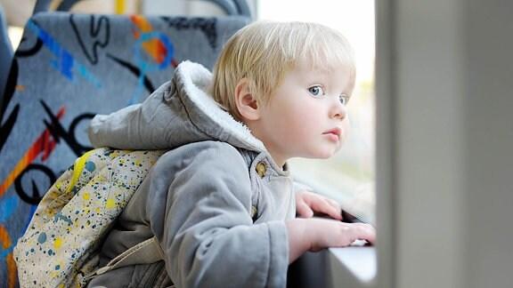 Kind in der Straßenbahn