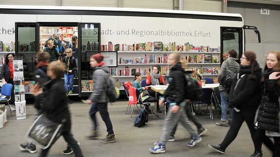 Menschenmenge vor mobiler Bibliothek.