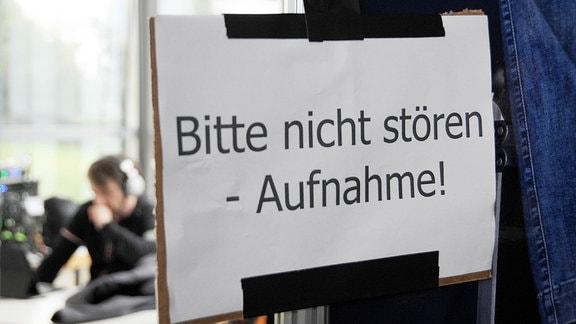 """Ein Schild mit der Aufschrift """"Bitte nicht stören. Aufnahme"""""""