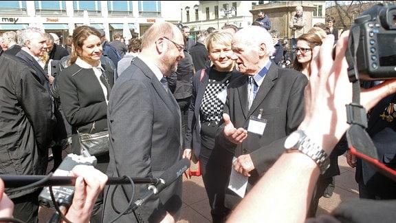 Martin Schulz begrüßt den KZ-Überlebenden Andrej Moissenko aus Polen.