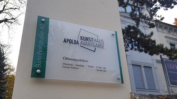 Infotafel mit Öffnungszeiten am Kunsthaus-Gebäude in Apolda