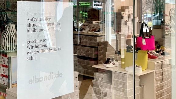 Hinweiszettel auf Ladenschliessung an Eingangstür.