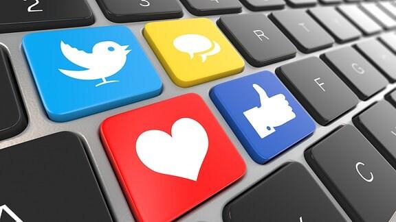 Social-Media-Symbole auf einer Tastatur