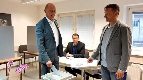 Wolfgang Tiefensee gibt seinen Wahlzettel zur Landtagswahl ab.
