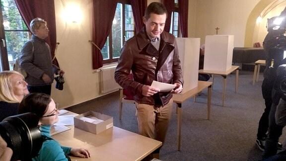 Mike Mohring gibt seinen Wahlzettel zur Landtagswahl ab.